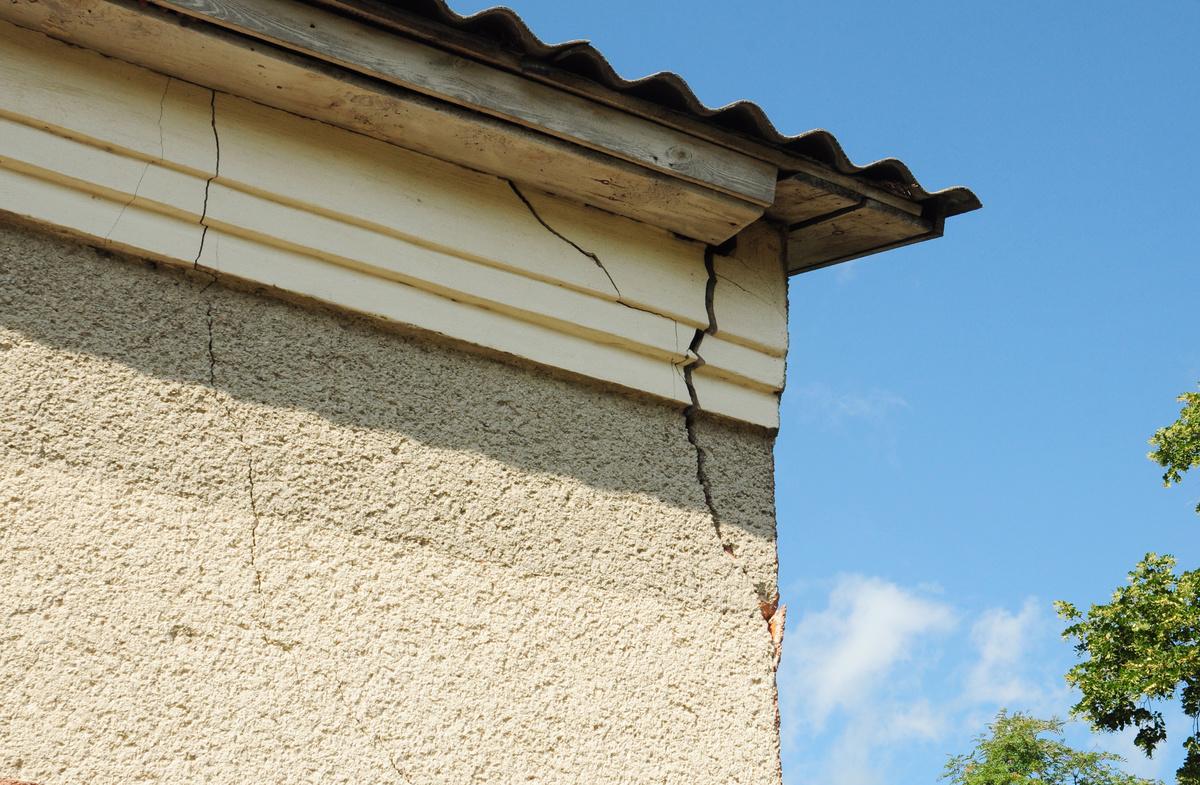 Ravaler une façade en traitant les fissures